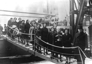 1−3 1939年2月、ロンドンに到着した子どもたち=実写.jpg